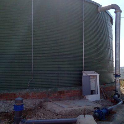 Cuba de una instalación con sistemas de riego y redes hidráulicas por energía solar en Granada
